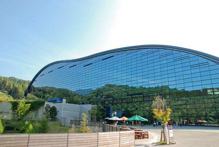 風景が建物に写り、まるで溶けこむように建つ、九州国立博物館。設計は菊竹清訓。