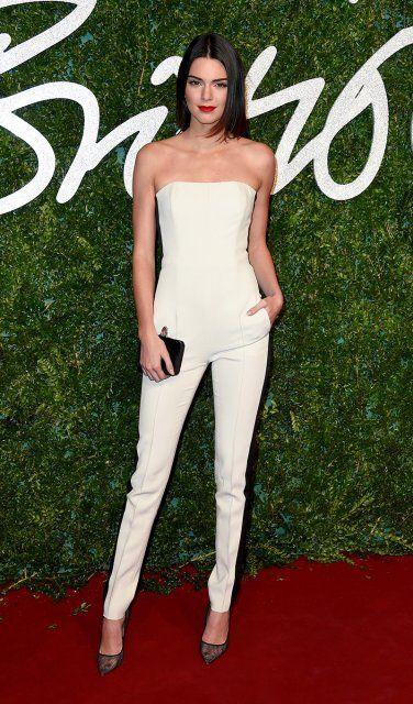 Kendall Jenner: Das It-Model trägt einen cremeweißen Jumpsuit von Emilio Pucci
