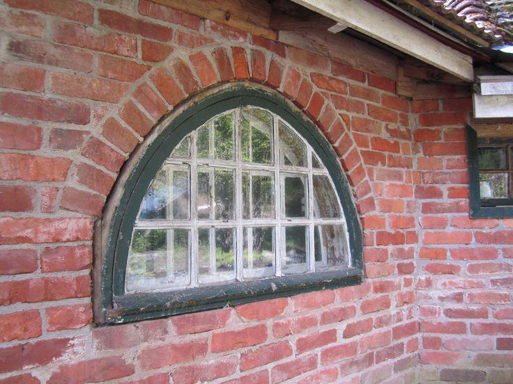 Vanhan talon puolipyöreä ikkuna