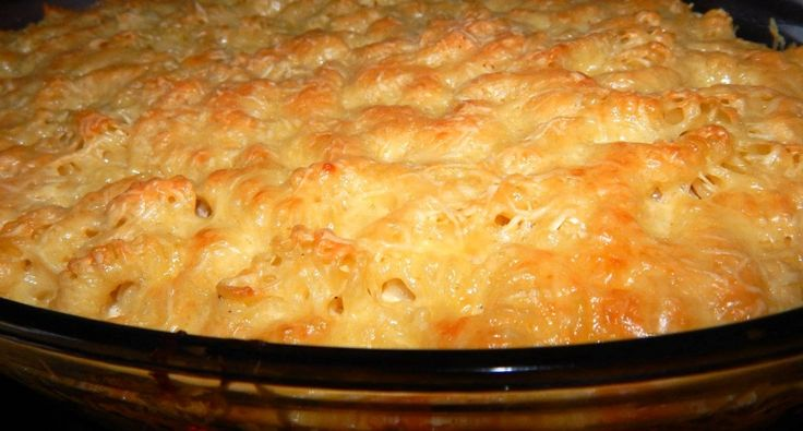 Sajtos-tejfölös tészta csőben sütve recept: Ez egy alap sajtos-tejfölös tészta csőben sütve recept. Ezt lehet dúsítani, pirított baconnal, vagy sonka szeletekkel, de akár borsóval is. De nálam ma húsmentes nap van, simán készült. Hamar készen van, mert összerakni kb. 5 perc, és amíg azt elkészítjük, addig a tésztánk is megfő félig. Szerintem ez egy egyszerű, gyors és olcsó ebéd.