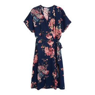 Med ett vackert blommigt mönster och en smickrande passform blir den här klänningen ett enkelt val för varma dagar. Att mixa sött med coolt är en stilsäker kombo och den här klänningen passar bra ihop med en skinnjacka i kortare variant och ett par svarta kängor.