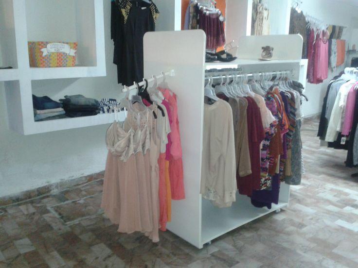 Exhibidor de ropa para boutique  Algunos artículos de madera