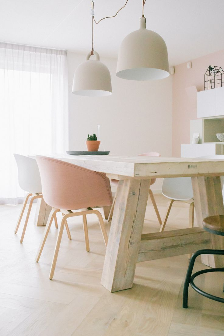 Wonen in Scandinavische stijl met een twist. Ontwerp: www.danielleverhelst.nl. Stoelen van HAY, kast op maat, Lampen van Normann Copenhagen, Stoere houten tafel, industriele kruk, roze muur - Scandinavian Style interior with pink wall, rustic table, industrial stool and custom cabinet.