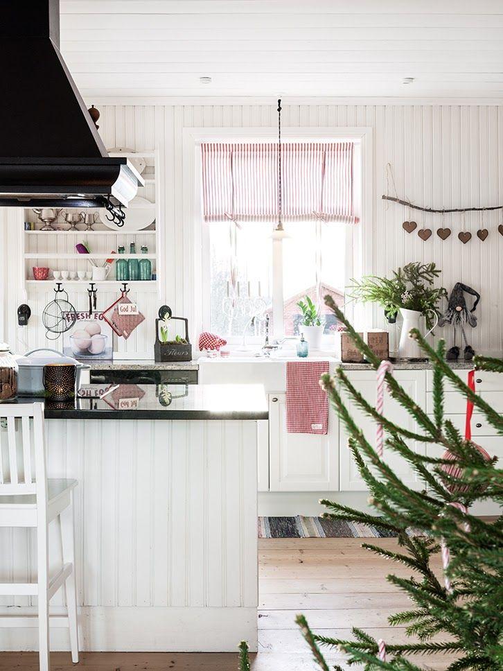 Интерьер дома, украшенного к Рождеству может быть сверкающим гирляндами и мишурой или же таким сдержанным, но милым в скандинавском стиле.