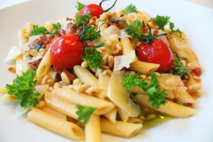 Den här pastan med salsiccia, plommontomater, parmesan och pinjenötter är jättegod. Enkel att tillaga och fylld med smaker. Try it!