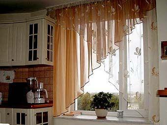 перекрещенные романтические шторы на кухню