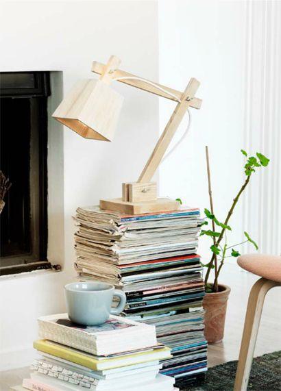 木製のデスクスタンドランプTAF_Wood_Lamp_Muutoをリビングの床に平積みされた雑誌の上に置く