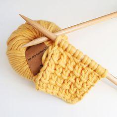 Le point de bambou  Monter un nombre de mailles impair. Rang 1 : Tricoter 1 maille endroit, * 1 jeté, tricoter 2 mailles endroit  puis rabattre le jeté sur les 2 mailles endroit*. Répéter de * à * et  tricoter la dernière maille à l'endroit. Rang 2 : Tricoter toutes les mailles à l'envers. Ré