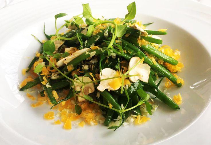 Salade de haricots verts extra fins, mimolette râpée et noix du Brésil, à découvrir au restaurant le River Café à Issy-les-Moulineaux (92130) #salade #haricot #mimolette #noix #haricotvert #entree