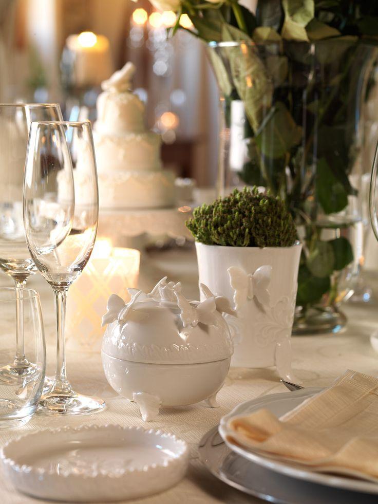 Piattino, cofanetto con coperchio e bicchiere in fine porcellana bianca