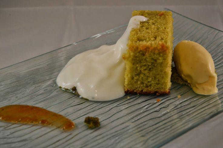 Bizcocho de Albahaca con helado de aceite de oliva y espuma de yogurt by Dulcegourmett