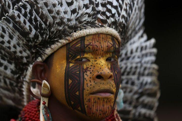 Las tradiciones ancestrales de los pueblos nativos se entremezclan en los Juegos Mundiales Indígenas, pero el alma de los antepasados ahora es registrada por teléfonos inteligentes