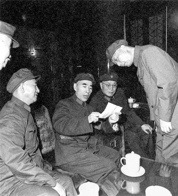 문화혁명 초기 쉬샹첸(왼쪽 둘째), 류보청(오른쪽 둘째), 녜룽전(오른쪽 첫째) 등 개국 원수(元帥)들에게 뭔가 지시하는 린뱌오(가운데). 왼쪽 첫째 얼굴은 중공원로 둥비우. Early age of the Cultural Revolution of China, Dong Biwu, Xu Xiangqian, Liu Bocheng, Nie Rongzhen, Lin Biao.