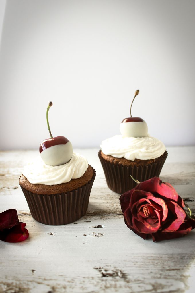 Cherry and Amaretto Cupcakes |thefoodiesway.co.uk #cupcakes #cherry #amaretto #dessert