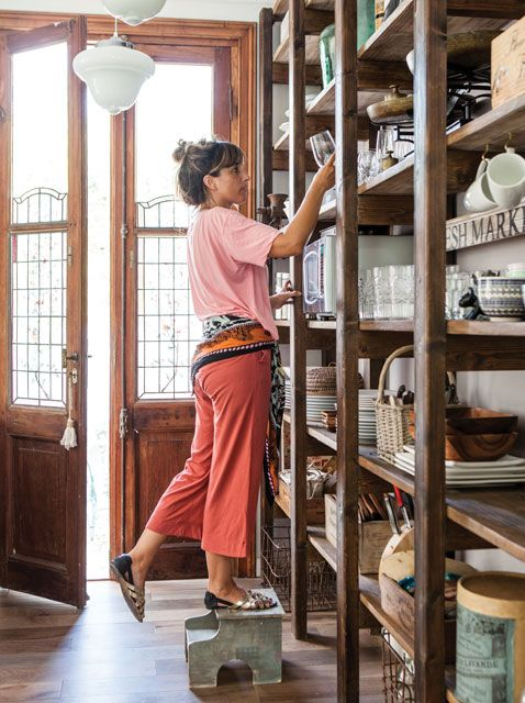Con aires vintage, las estanterías y lámparas antiguas de esta cocina recuerdan a los mercados de pulgas parisinos.