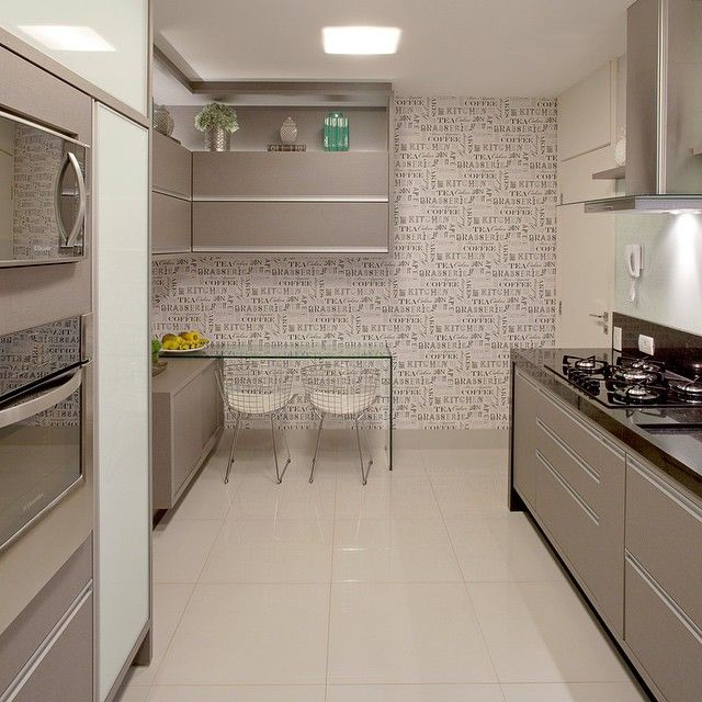 Amamos essa cozinha com cara de cozinha - acabamentos em granito preto, mdf cinza e vidros brancos!! Destaque para o papel de parede temático!!  #boatarde #instaarch #instadecor #interiores #decor #details #detalhes #decoracao #decorating #decorbrazil #detalhesqueamamos #decoracaodeinteriores #architect #arquiteta #arquitetura #arqmbaptista #arquiteturadeinteriores #cozinha #marianemarildabaptista