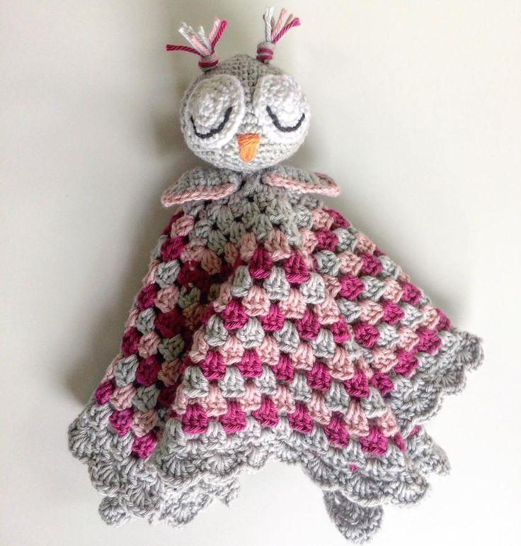 Virkad ugglesnutte ✖️Crochet security blanket with an owl -------------------------------------- #securityblanket #beautiful #adorable #handmade #inspoforkiddos #inspoforflickor #nurseryinspo #newborn #babygift #owl #uggla #nurserymobile #stroller #babyboy #babygirl #baby #owls #nurserydecor #nursery #babyshower #barnrumsinspo #bebis #gravid #bf2017 #bf2016 #snuttefilt #barnevogn #klapvogn #lastenrattaat