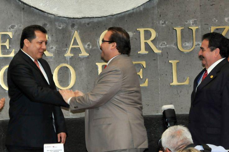 El presidente de la Comisión Nacional de Derechos Humanos, Raúl Plascencia Villanueva, reconoció al gobernador Javier Duarte de Ochoa por su trabajo en materia de defensa y protección de los derechos fundamentales del hombre.