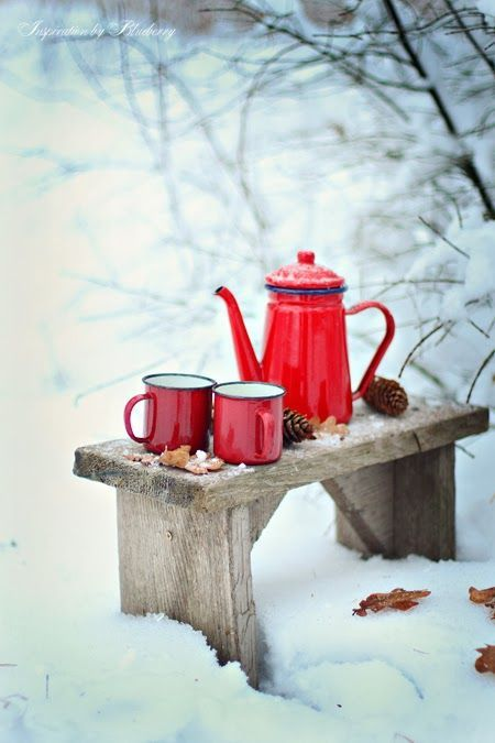 Kesällä kesäjakkara puutarhassa ja talvella tarjoilupöytä. Winter table and summertime seating :)
