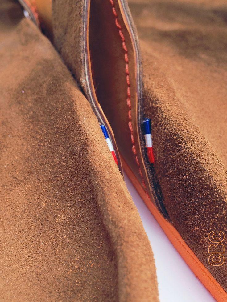 Sandales artisanales en cuir sur mesure du moulage du pied avec traitement podologique intégré sur contexte d'asymétrie des pieds. L'EMPREINTE CBC