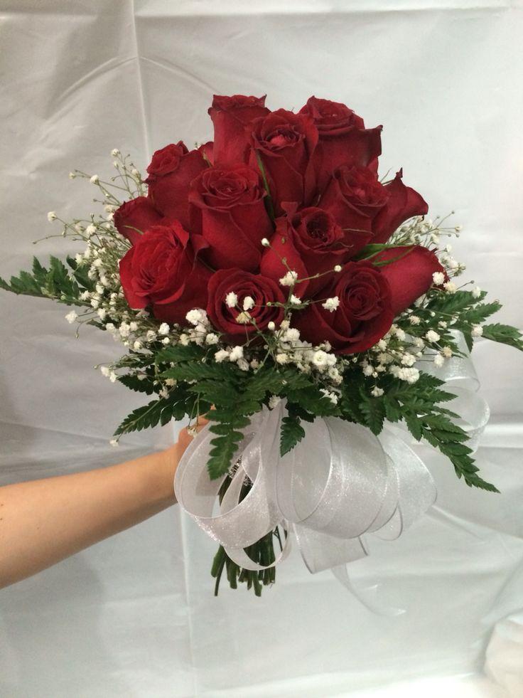 Ramo de rosas tipo bouquet con organza y maya con brillos en el tallo.