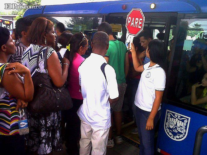#YocuidoaCali  jóvenes de colegios oficiales enseñan el uso adecuado del MÍO Cultura ciudadana y civismo es la labor que cumplen jóvenes de colegios públicos de Siloé en las estaciones del MÍO. Vea los esfuerzos de estos caleños por cambiar la cara de la ciudad.