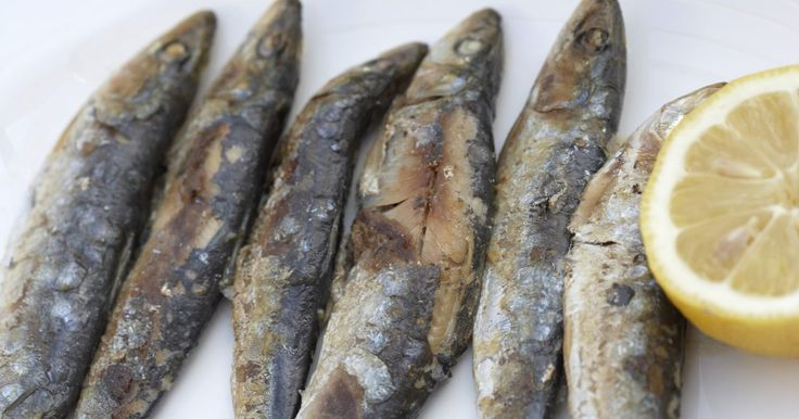 Cómo limpiar sardinas frescas. Limpia las sardinas antes de cocinarlas. La limpieza de sardinas implica quitar las tripas y cualquier suciedad y restos. Aunque puedes preparar el pescado dejando la cabeza, es más común y limpio quitarla antes de servirlo. Las sardinas son muy nutritivas y son un gran suplemento para cocinarlas en casa como plato principal ya que no es un ...