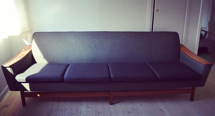 Sofa med nye puter i ullstoff. Til salgs. Finnkode  76067083. Du trenger ikke radbrekke planeten for å få deg en ny sofa. Kjøp heller denna. Du får den for 2000 kroner også. Grønn og mørkebrun, med diverse innslag.  #sofa #retrosofa #teak #gjenbruk #miljøvennlig