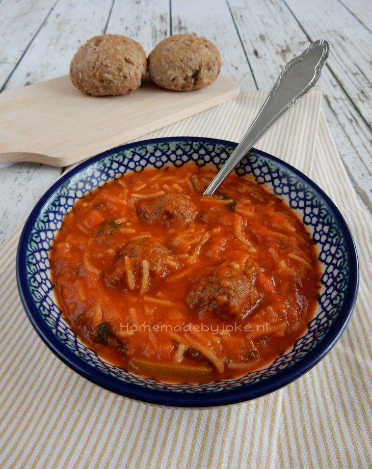 Vers gemaakte tomaten-groentesoep met balletjes is helemaal niet zo ingewikkeld om te maken en veel lekkerder dan die uit een pakje.