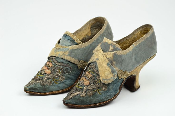 Pair of shoes, 1730. Floral patterned blue silk damask with floral metallic thread embroidery.