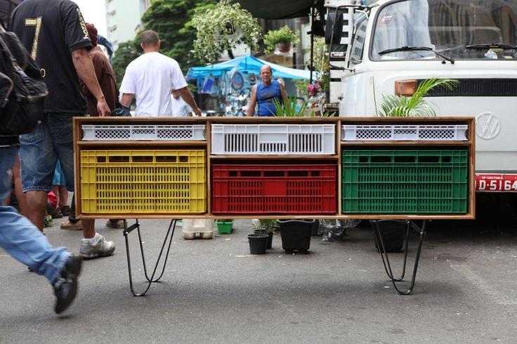 Muebles con contenedores plásticos, diseño y reutilización - Ebom | Ebom