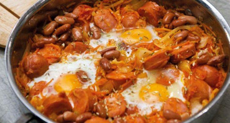 Salsichas com molho picante e ovos
