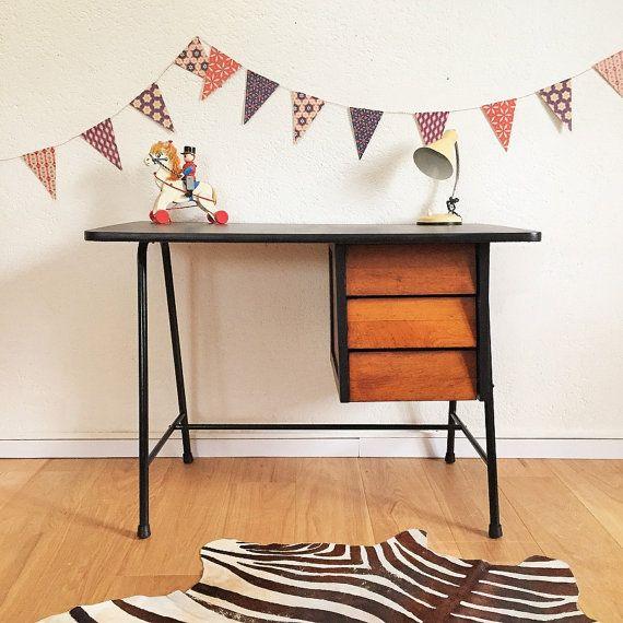 Ligne rétro, sobre et élégante pour ce bureau scandinave des années 50 de style Hitier. On aime son design graphique, sa ligne légère,