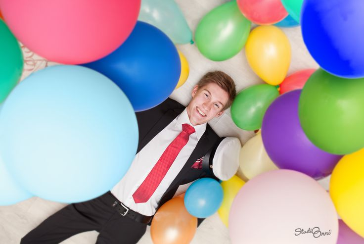 Ylioppilaskuvassa on lupa hassutella! Vinkkejä parempaan ylioppilaskuvaan löytyy blogista http://www.studioonni.com/parempi-ylioppilaskuva-vinkit-onnistumiseen/ #ylioppilaskuva #ylioppilaskuvaus #ylioppilas #ylioppilasjuhla #ilmapallo #balloon #graduationphoto #fun #studentfoto #studentfotografering