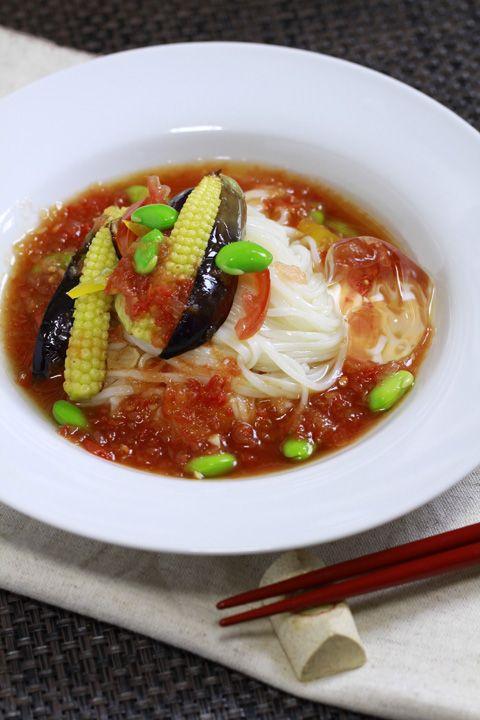 夏野菜とトマトソースの稲庭うどん  ①つゆはトマトソースにめんつゆを混ぜ冷やしておきます。 トマトソースがない場合はトマトジュースでも良いと思います。  ②茄子を切ってフラ...
