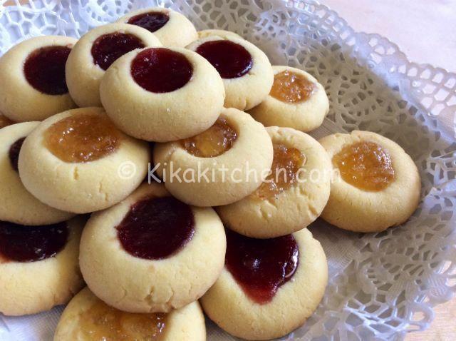 I biscotti ovis mollis sono biscotti friabili realizzati con una pasta frolla a base di tuorli sodi. Questi sono farciti con marmellata.