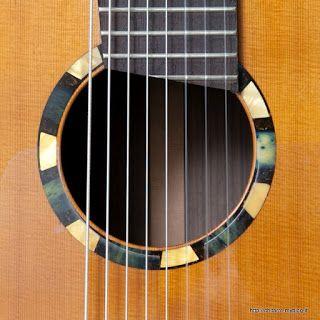 Flamenco Negran kitara, skaala 650mm., Kitaran runko on rakenteeltaan ontto ja se toimii kaikupohjana. Kaikukopan resonanssitaajuus on viritetty vastaamaan kitaran kielten värähtelyä. Pintakäsittely Sellakka. https://youtu.be/2UJ_NtnpjYI