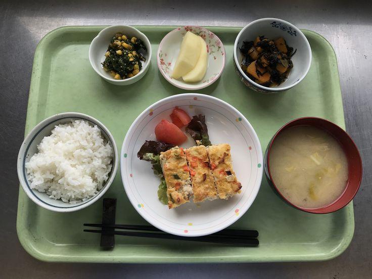 1月24日。擬製豆腐、かぼちゃとひじきの煮物、ほうれん草とコーンの胡麻和え、キャベツと揚げの味噌汁、りんごでした!擬製豆腐が特に美味しかったです!617カロリーです