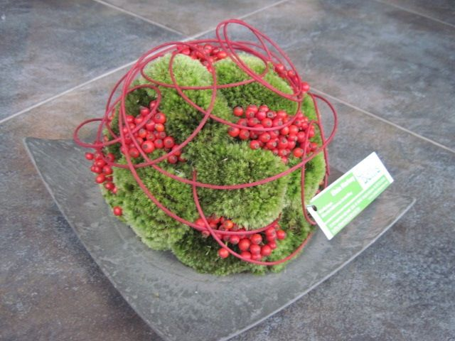 Funeral arrangement - Modern ball with red berries | Uploaded by Bellis Bloemen (Westvleteren)
