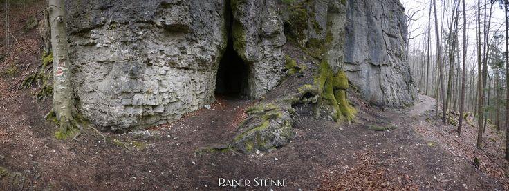 Ehemalige Wohnhöhle im Ulrichstein (Fränkische Schweiz).  Ganz in der Nähe von Schloß Greifenstein bei Heiligenstadt (Fränkische Schweiz) findet man in einem Felsmassiv mit dem Namen im Ulrichstein eine kleine Höhle.  Die Höhle hat zwei Zugänge der breitere Eingang scheint bearbeitet zu sein. Betritt man die Höhle durch diesen kommt man nach einigen Metern in den ersten Raum wo man noch die Reste eines gemauerten Türstocks erkennen kann.  Oberhalb dieser Kammer sind noch zwei weitere Räume…