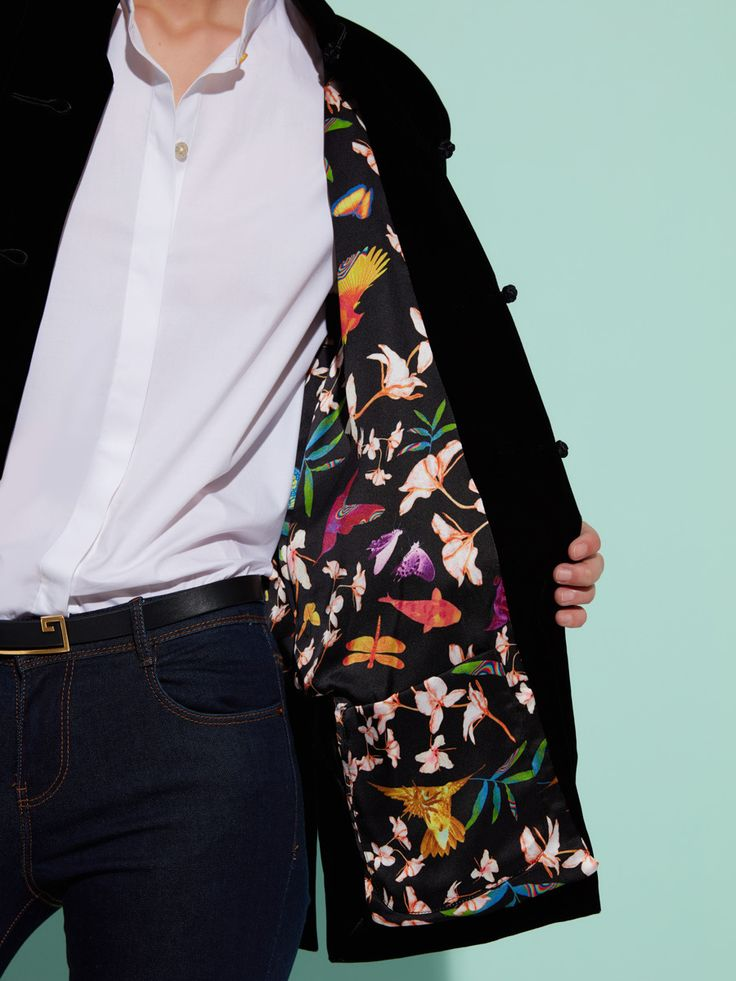Animation of iconic velvet tang jacket with Jacky Tsai GF lining (same idea as 1RB06A2) Ginger Flower silk lining represents Jacky Tsai creative artwork: a creative tribute to Shanghai Tang's signature Ginger Flower perfume, this beautiful print by Jacky Tssai shows a throng of birds, dragonflies and koi fish, all drawn together towards captivating floral scent.  Material: 60% Rayon, 40% Lyocell  Lining: 100% Mulberry Silk Colour(s): Available in Black Ref: 1RB07A2