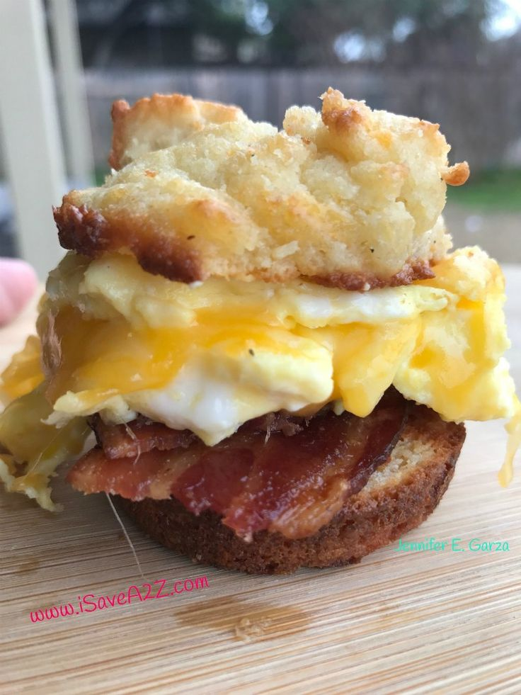 Low Carb Biscuits Recipe (Keto Friendly)1 1/2 Cups Almond Flour1/4 Teaspoons Salt1 Tablespoon Baking Powder1/2 Teaspoon Garlic Powder1/2 Teaspoon Onion Powder2 Eggs1/2 Cup Sour Cream4 Tablespoons Butter (melted)1/2 Cup Shredded Cheese