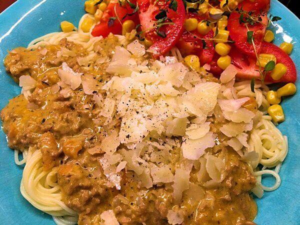 Köttfärssås med vitlök, örter och vitt vin