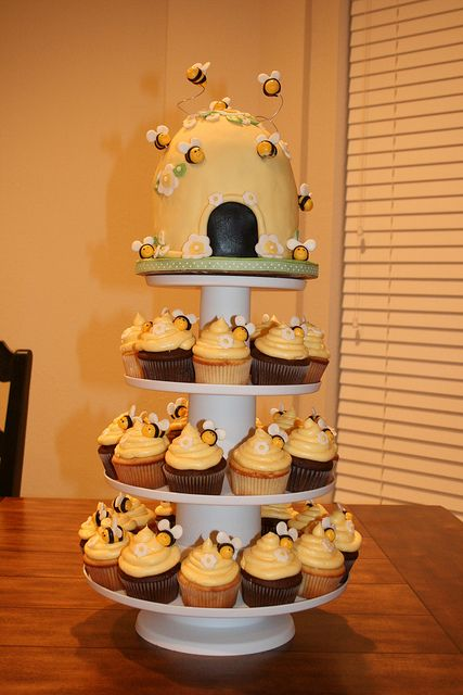I already have the cupcake wrappers but I don't know how to make those bees on the cupcakes...