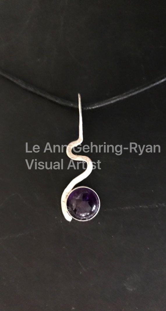 Sterling zilveren kronkeltje met amethist. set van 8mm Amethist ring in Sterling Siver rijdt op een zwarte verstelbaar zwart leder koord. Mooie paarse kleur! Handgemaakt in Minnesota.