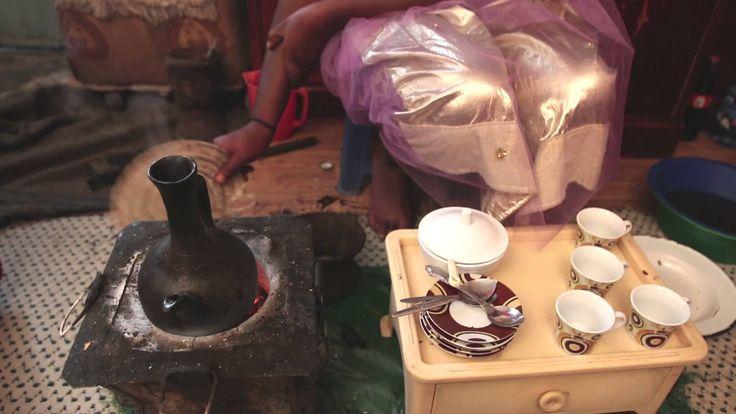 Bezawit uit Ethiopië zet heerlijke koffie.  Met een kopje koffie voelen gasten zich snel thuis.  In Ethiopië 'doen' ze niet even snel 'een bakkie'. Koffie drinken is daar een hele ceremonie, die wel twee uur duurt.