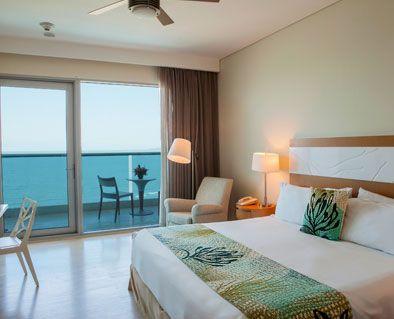 Habitación Superior. Espectaculares habitaciones con 1 cama King, balcón con mesas y sillas y hermosa vista al Mar Caribe y/o a la ciénaga de la Virgen. #ElHoteldeLasEstrellas