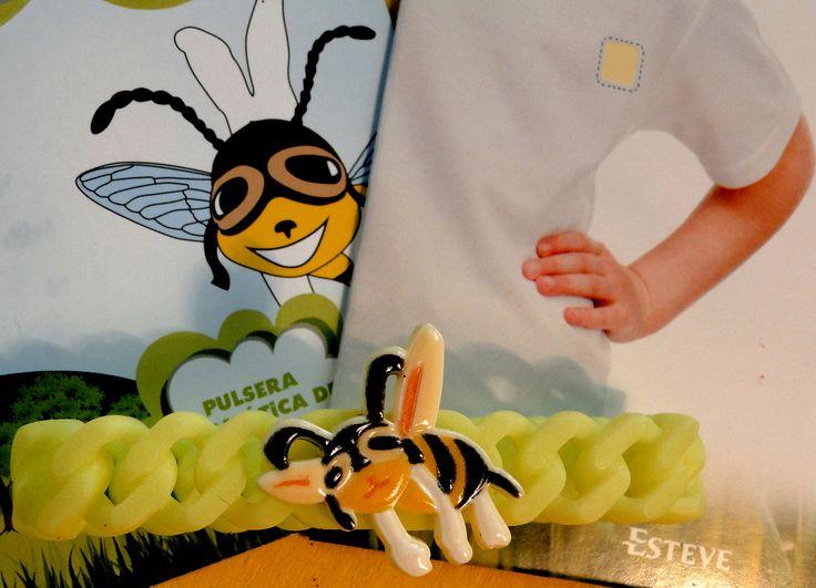 La pulsera aromática de citronela indicada como repelente de #mosquitos en niños mayores de 3 años. Hay que colocarla en la muñeca y/o tobillo para disfrutar de su eficacia. Al llevarla puesta de modo permanente se asegura su acción en el tiempo, ya que va desprendiendo su esencia. Su período de eficacia una vez abierto es de unas 3 semanas