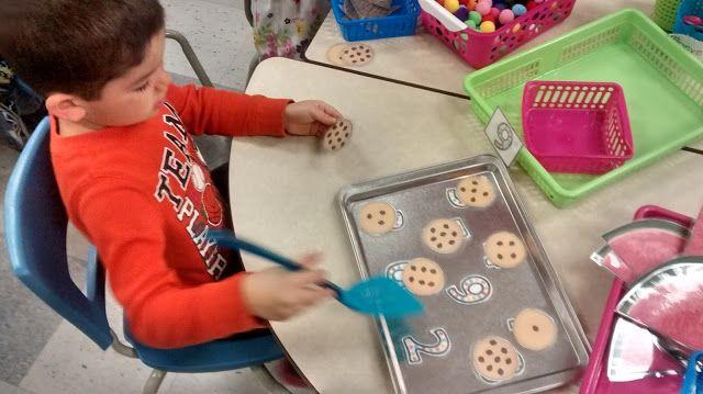 La maternelle de Francesca Dénombrer les pépites et placer le biscuit sur la bon nombre avec la spatule