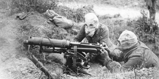 Guerre14-18-gaz - Militaires britanniques portant des masques à gaz pendant la bataille de la Somme en juillet 1916.